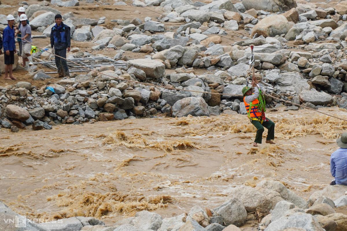 Giải cứu công nhân thủy điện mắc kẹt