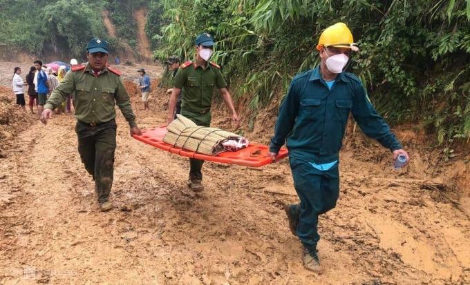 Lực lượng cứu hộ đưa một thi thể ra ngoài. Ảnh: Hoàng Phương