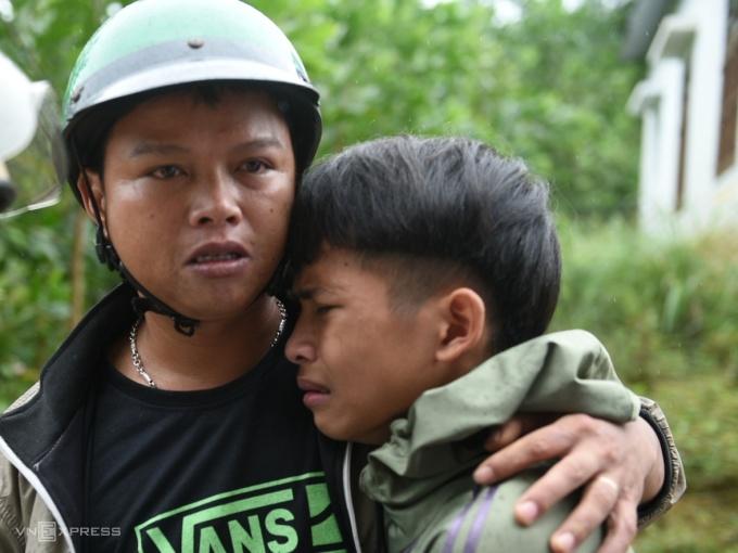 Lê Thanh Tú được thầy Hồ Văn Việt, bí thư Đoàn trường ở cạnh cộng viên. Ảnh: Thanh Huế