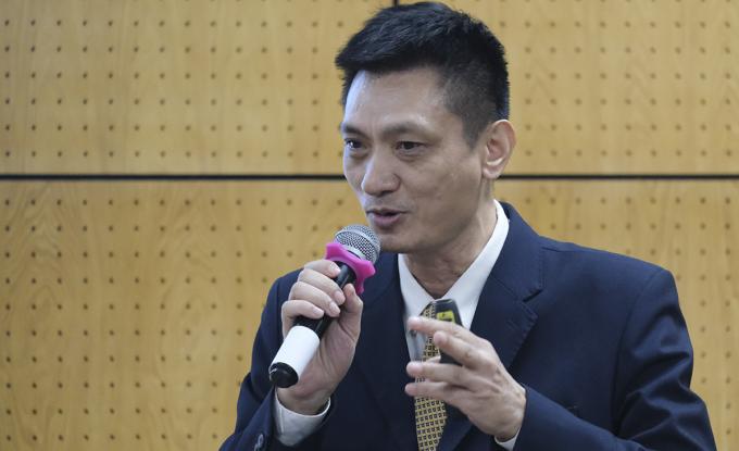 Ông Lê Khắc Hiệp chia sẻ những điểm yếu của sinh viên khi ra trường tại tọa đàm chiều 29/10. Ảnh: Dương Tâm.