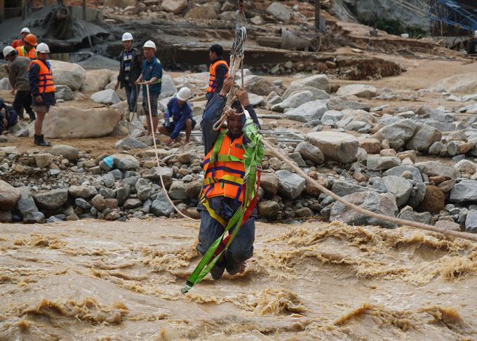 8h giải cứu công nhân thủy điện bằng ròng rọc