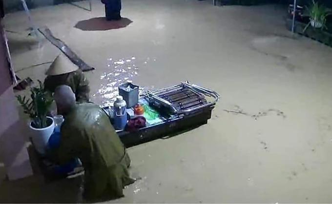 Một nhà dân ở xã Võ Liệt (huyện Thanh Chương) di tản đồ đạc khi nước tràn vào nhà.