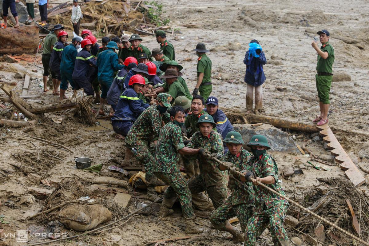 Bộ đội bới đất đá tìm người mất tích