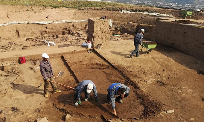 Các nhà khảo cổ khai quật đền thờ trung tâm. Ảnh: Zhang Wenping.