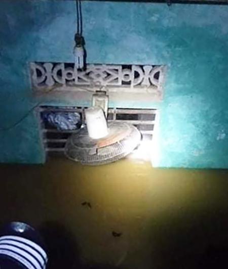 Một nhà dân ở Nghệ An nước lút gần hết cửa sổ đêm 29/10.