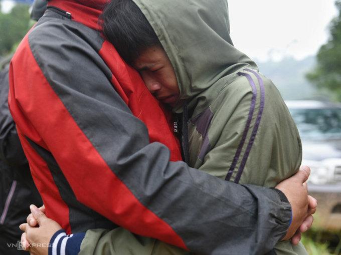 Cậu học trò bật khóc khi hai ngày vẫn chưa tìm thấy ba, ông Lê Quang Việt, cũng là Bí thư xã Trà Leng. Ảnh: Thanh Huế