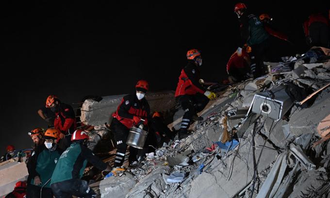 Lực lượng cứu hộ tìm kiếm người mắc kẹt dưới đống đổ nát tại thành phố Izmir, Thổ Nhĩ Kỳ, ngày 31/10. Ảnh: AFP.