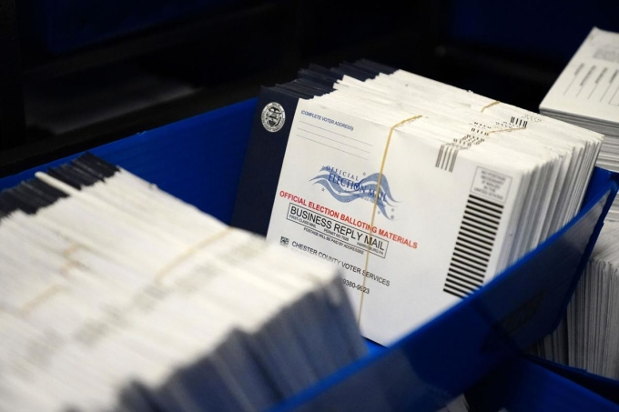 Phiếu bầu qua thư được phân loại ở West Chester, Pennsylvania ngày 23/10. Ảnh: AP.