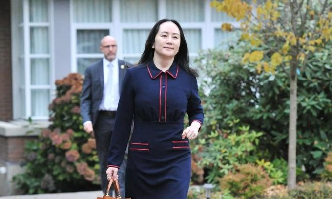 Mạnh Vãn Chu rời nhà riêng tới phiên điều trần ở tòa án British Columbia hôm 27/10. Ảnh: AFP