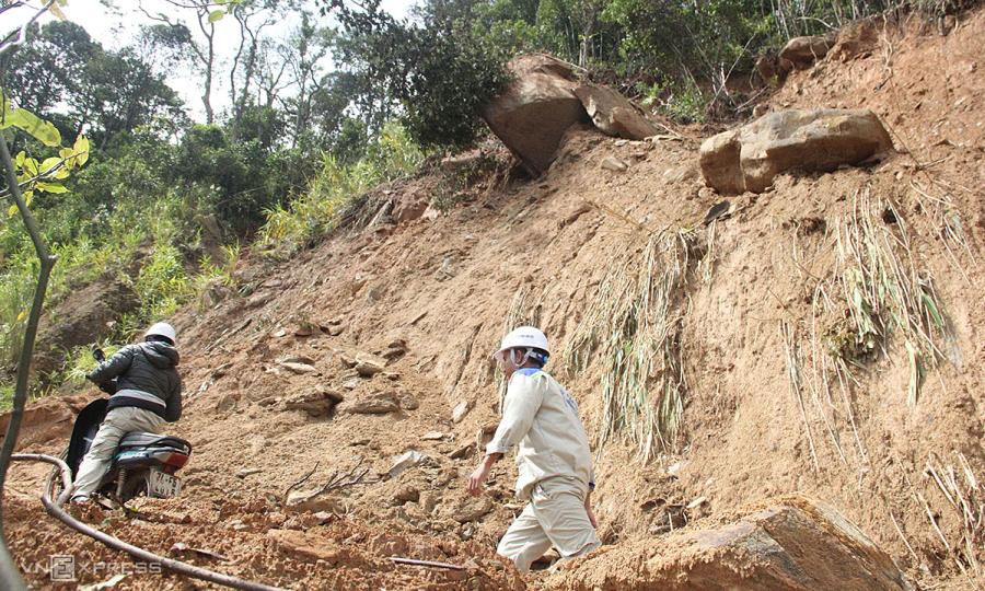 Nổ mìn phá tảng đá có nguy cơ rớt xuống đường