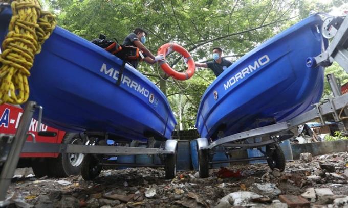 Nhân viên ứng phó thảm họa tại Manila chuẩn bị thuyền cứu hộ và phao cứu sinh hôm 30/10 khi bão  Goni sắp đổ bộ. Ảnh: Inquirer.