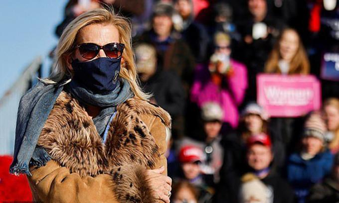 Phóng viên Laura Ingraham của Fox News đeo khẩu trang tại sự kiện tranh cử của Tổng thống Trump ở Michigan hôm 30/10. Ảnh: Reuters.