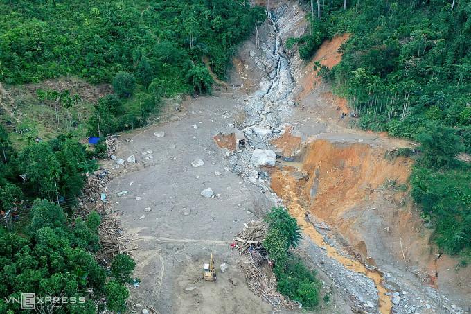 Cụm dân cư 14 trái nhà ở thôn 1, xã Trà Leng, huyện Nam Trà My chỉ còn là bãi bùn xám mênh mông. Ảnh: Ngọc Thành