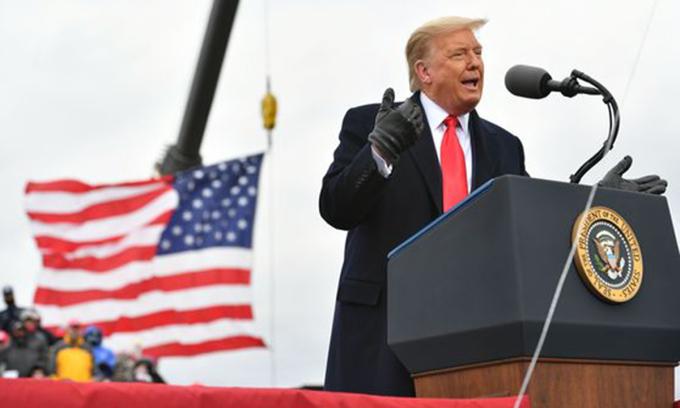 Tổng thống Donald Trump tại sự kiện tranh cử ở Waterford Township, bang Michigan hôm 30/10. Ảnh: AFP.