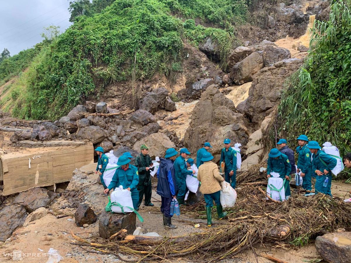 Người dân cõng gạo về làng