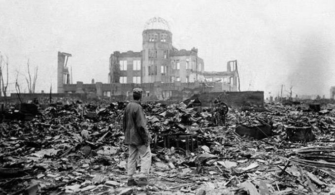 Một người dân đứng trước đống đổ nát tại thành phố Hiroshima sau khi hứng chịu bom nguyên tử năm 1945.