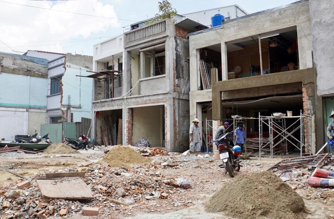 Người dân trên đường Cách Mạng Tháng Tám, quận Tân Bình, tháo dỡ nhà, bàn giao mặt bằng cho Metro Số 2, hồi tháng 8. Ảnh: Gia Minh.
