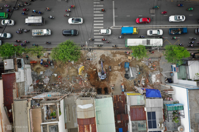 Hơn 10 căn nhà trên đường Trường Chinh, phường 14, Tân Bình đang được tháo dỡ bàn giao mặt bằng cho Metro Số 2, hồi tháng 8/2020. Ảnh: Hữu Khoa.