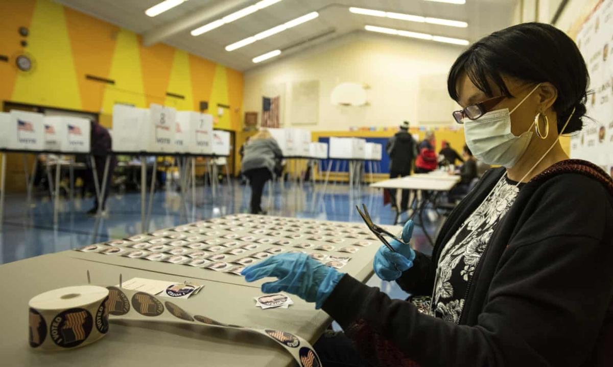Cử tri Mỹ xếp hàng bỏ phiếu từ sáng sớm