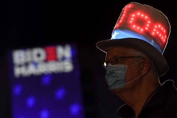 Người ủng hộ tại trụ sở vận động tranh cử của Joe Biden ở Wilmington, bang Delaware, đêm 3/11. Ảnh: AFP.