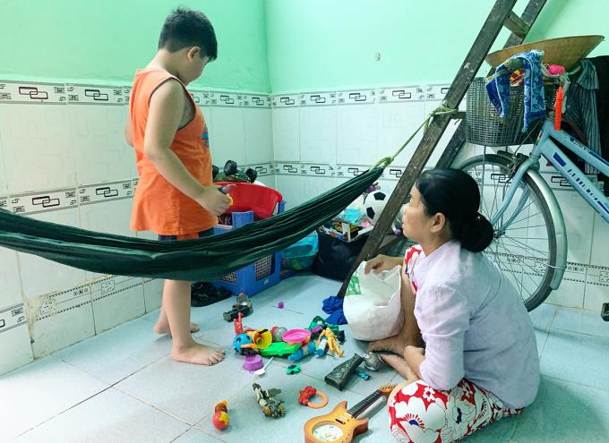 Bé Giao và bà Mỹ đang ở nhờ tại huyện Nhà Bè. Ảnh: Dương Trang.