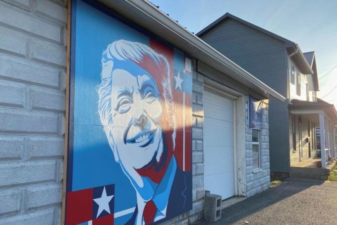 Tranh vẽ tường Tổng thống Mỹ Donald Trump bên ngoài một cửa hàng ở hạt Fulton trong Ngày bầu cử. Ảnh: Reuters