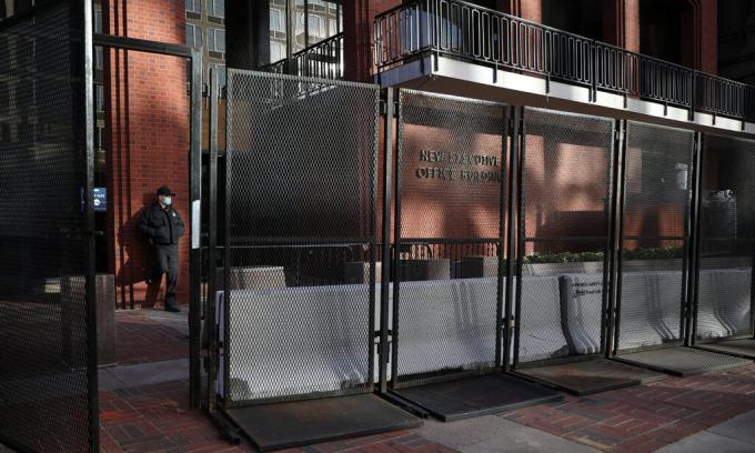 Một mật vụ đứng gác sau hàng rào bảo vệ bên ngoài Tòa nhà Văn phòng Điều hành Eisenhower ở Washington ngày 3/11. Ảnh: Reuters.