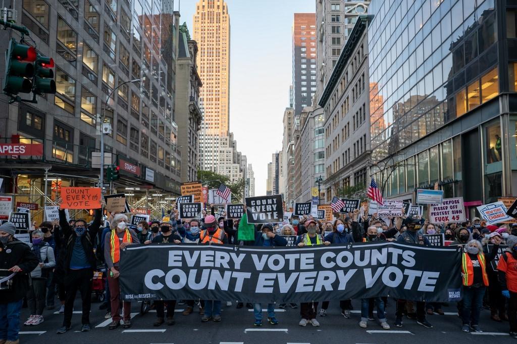 Người Mỹ xuống đường đòi kiểm hết phiếu bầu