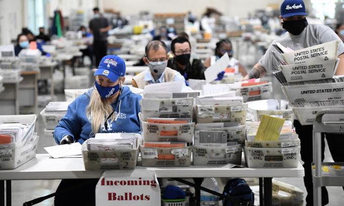 Nhân viên xử lý phiếu bầu qua thư tại cơ sở ở  Pomona, California, ngày 28/10. Ảnh: AFP.