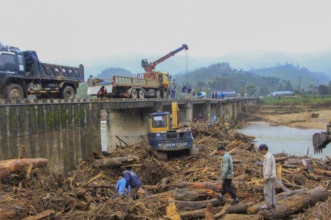 Gỗ vây kín chân cầu sông Bua, huyện Sơn Tây, Quảng Ngãi, ngày 5/11. Ảnh: Thạch Thảo.