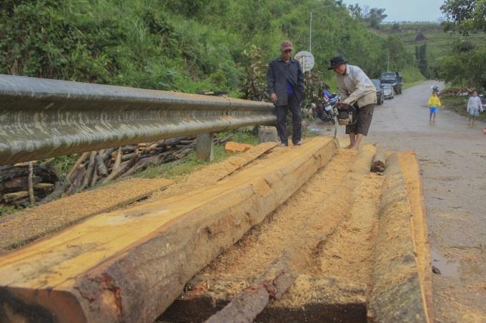 Người dân địa phương xẻ gỗ vừa được trục vớt. Ảnh: Thạch Thảo.