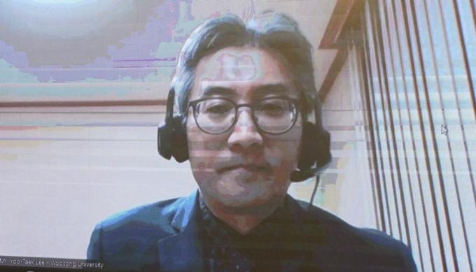 GS Yoo Taek Lee, Hiệu trưởng trường Endicotte, Đại học Woosong, Hàn Quốc chia sẻ trực tuyến về kinh nghiệm dạy online tại Diễn đàn Quốc tế hóa giáo dục tại Đại học Ngoại thương, chiều 5/11. Ảnh: FTU