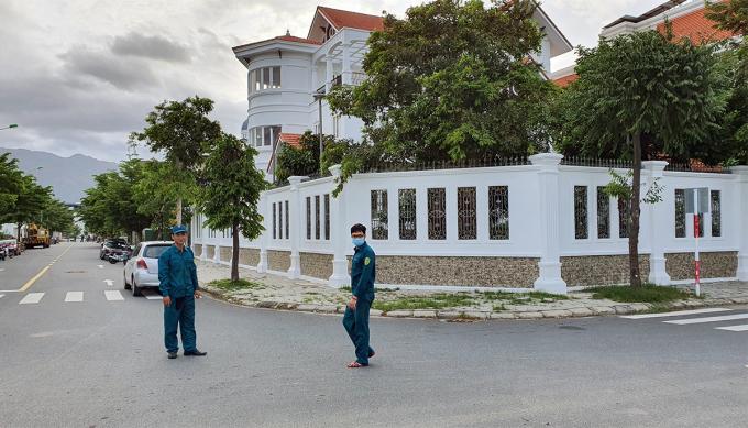 Xung quanh biệt thự của ông Trường, nguyên Bí thư TP Nha Trang bị phong tỏa, chiều 1/11. Ảnh: Xuân Ngọc.