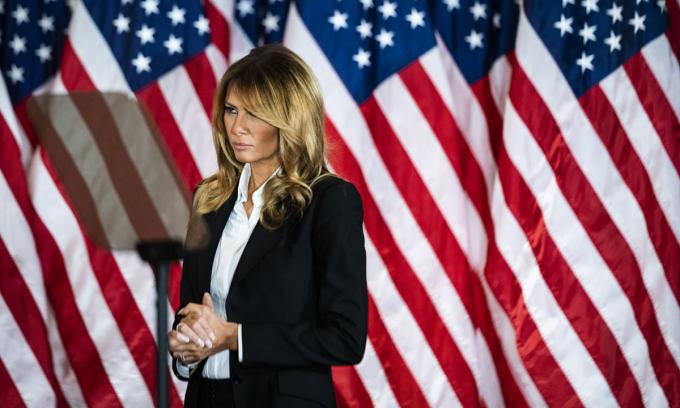 Đệ nhất phu nhân Melania đứng nghe bài phát biểu của Tổng thống Donald Trump tại Nhà Trắng hôm 4/11. Ảnh: Washington Post.