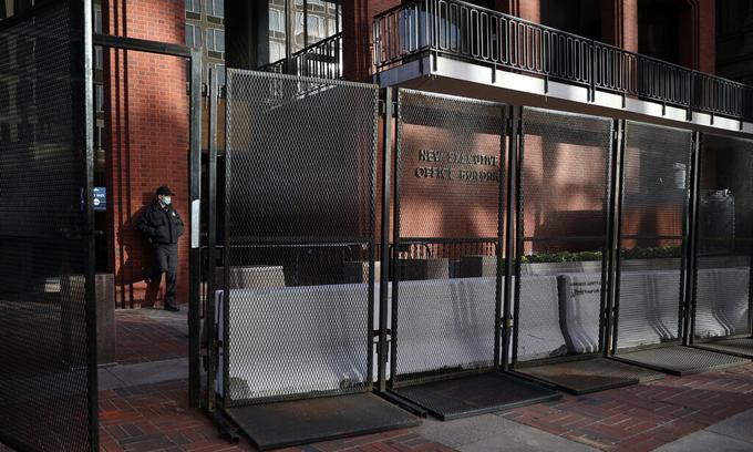 Một mật vụ đứng gác sau hàng rào bảo vệ bên ngoài Tòa nhà Văn phòng Điều hành Eisenhower ở Washington ngày 3/11. Ảnh:Reuters.