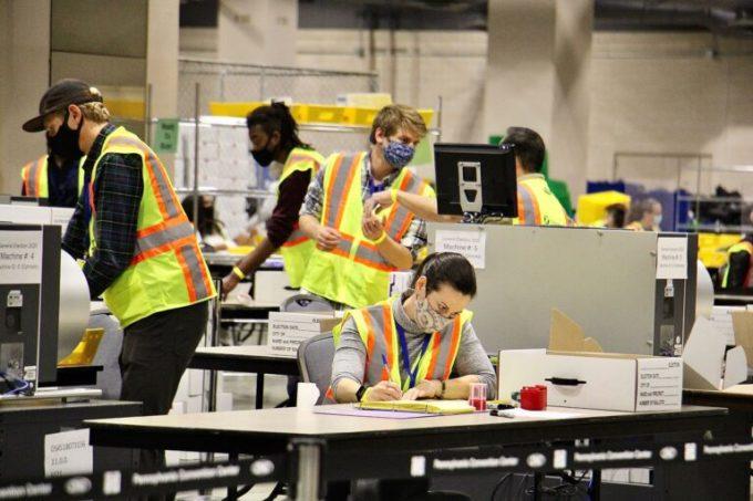 Nhân viên scan phiếu bầu ở Trung tâm Hội nghị Pennsylvania Convention Center hôm 5/11. Ảnh: WHYY.