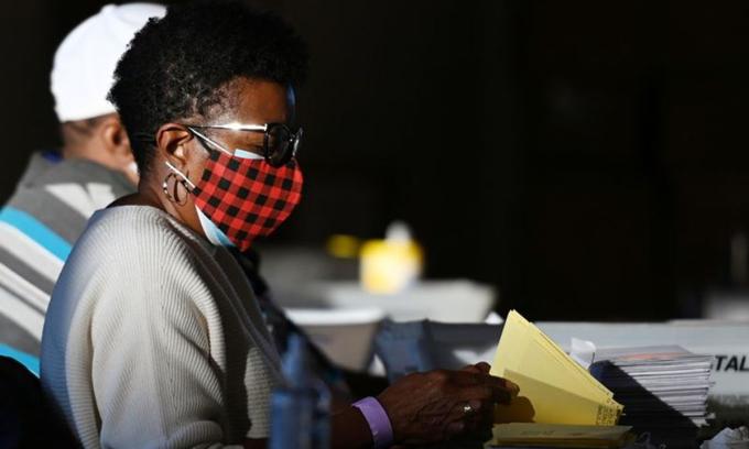 Nhân viên bầu cử đang kiểm phiếu tại Atlanta, bang Georgia hôm 5/11. Ảnh: Reuters.
