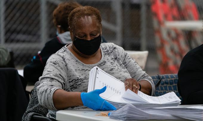 Nhân viên bầu cử tích cực kiểm phiếu bầu qua thư ở thành phố Decatur, bang Georgia hôm 5/10. Ảnh: Bloomberg News.
