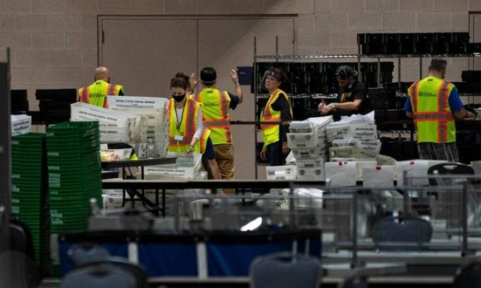 Nhân viên bầu cử kiểm phiếu tại Trung tâm Hội nghị Pennsylvania ở Philadelphia hôm 6/11. Ảnh: NY Times.
