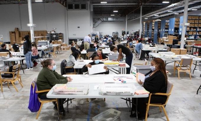 Nhân viên kiểm phiếu tại Lawrenceville, bang Georgia hôm 6/11. Ảnh: AFP.
