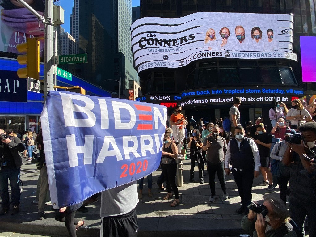Người ủng hộ ăn mừng Biden đắc cử