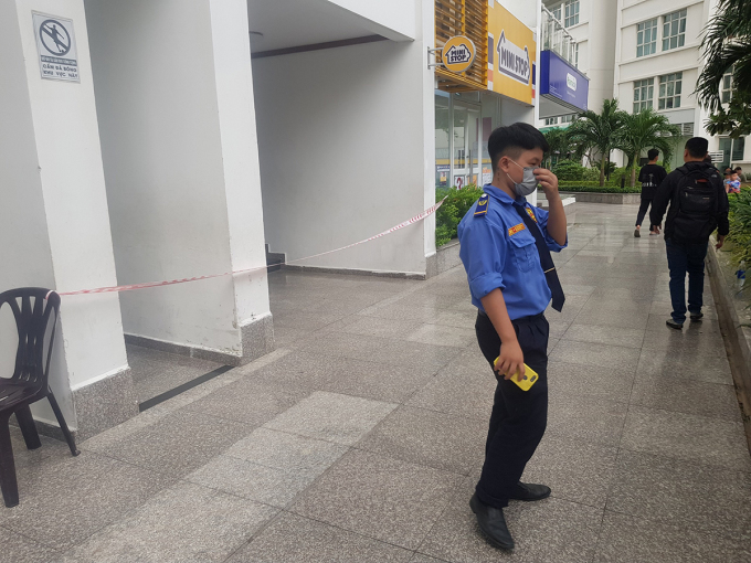 Lối lên chung cư xảy ra vụ việc được cảnh sát căng dây để phong toả, chiều 8/11. Ảnh: Đình Văn.