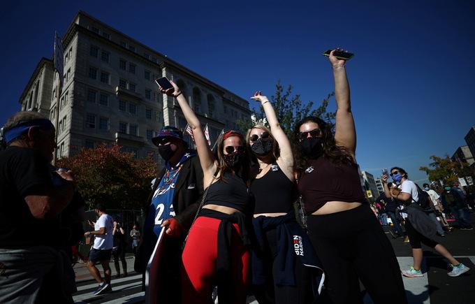 Người ủng hộ Biden ăn mừng tại trung tâm thủ đô Washington hôm 7/11. Ảnh: Reuters.