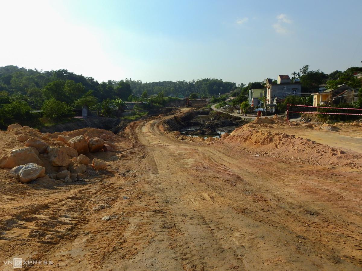 Công trường tuyến đường hơn 2.000 tỷ đồng ven vịnh Hạ Long