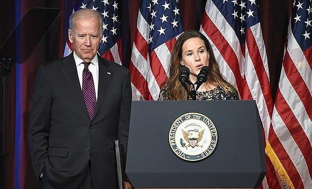 Ashley (phải) và Joe Biden tại một lễ trao giải năm 2016. Ảnh: WireImage.