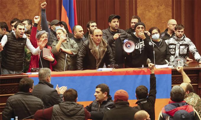 Biểu tình ở Armenia, Chủ tịch quốc hội bị đánh bất tỉnh