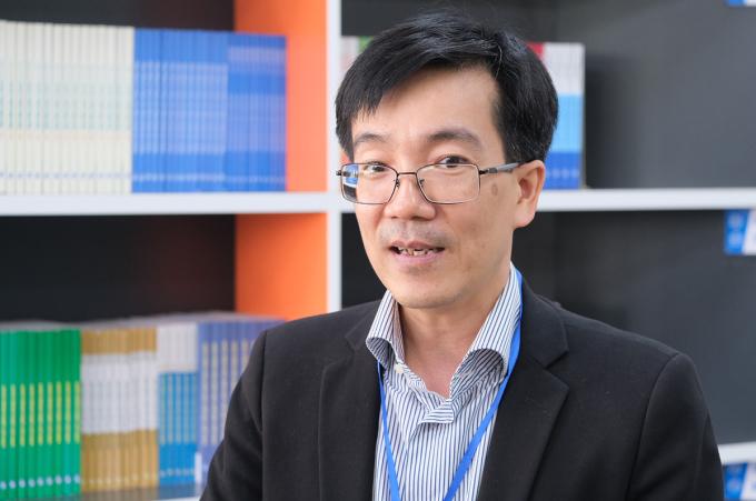 TS Nguyễn Phú Chiến bày tỏ lo ngại về vấn đề thực hành của sinh viên Sư phạm bên lề hội thảo sáng 10/11 tại Đại học Hùng Vương (Phú Thọ). Ảnh: Dương Tâm.