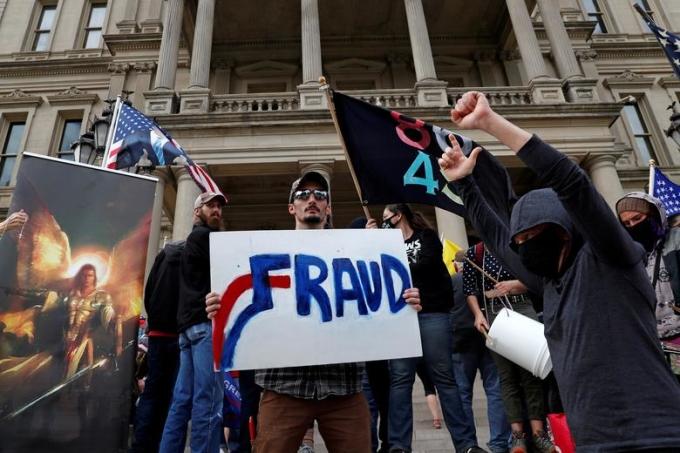 Người ủng hộ Trump biểu tình bên ngoài cơ quan lập pháp bang Michigan ở thành phố Lansing hôm 8/11. Ảnh: Reuters.