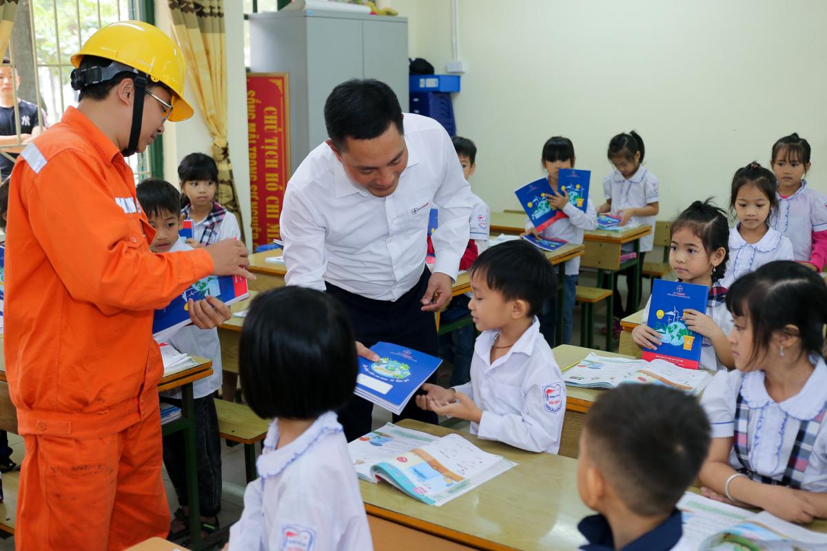 Gần 10.000 quyển vở cho học sinh nghèo ngoại thành Hà Nội