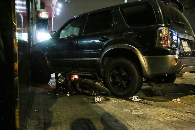Xe máy bị ôtô cuốn vào gầm sau vụ tai nạn, tối 10/11. Ảnh: Đình Văn.